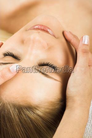 entspannte frau bei einer massage