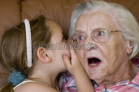 geheimnis zwischen oma und enkel
