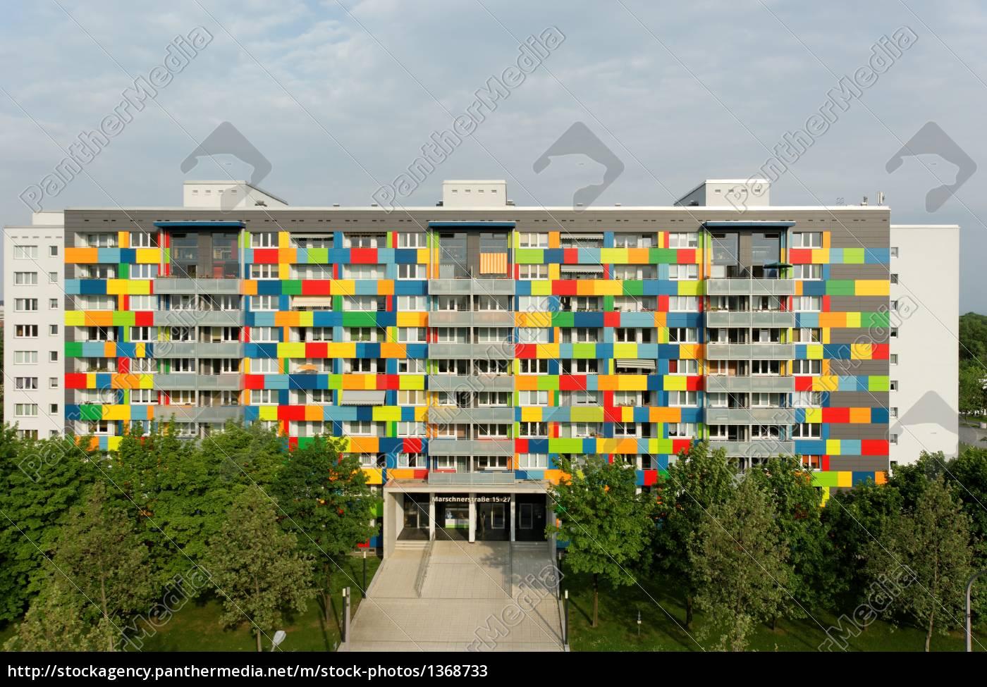 Fassade frontal  Fassade Wohnhaus gekonnt farbig frontal - Lizenzfreies Bild ...