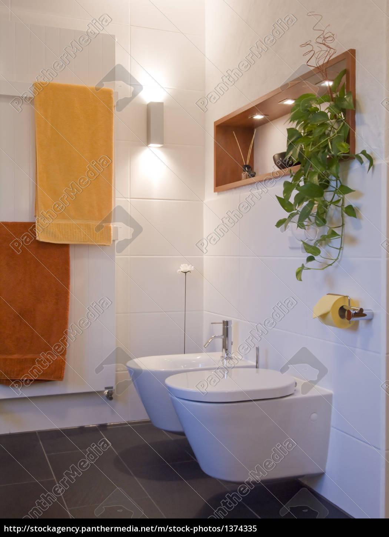 Lizenzfreies Bild 11 - Bad modern Toilette Bidet Regal
