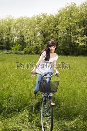frau park verkehr verkehrswesen transportwesen erfreut