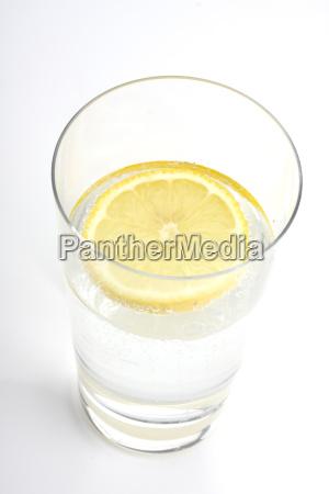 glas mineralwasser mit zitrone
