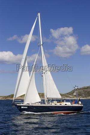segelyacht unter segeln im fjord norway