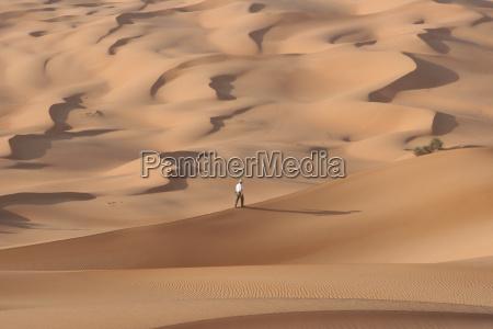 wanderer in den duenen ubaris libyen