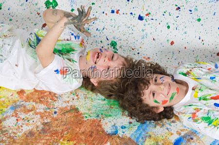 criancas que jogam com pintura