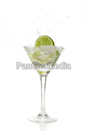 limit spritzt in ein cocktailglas