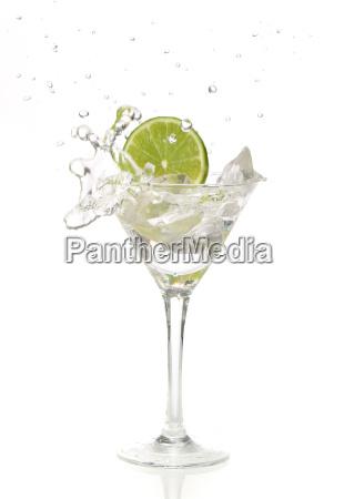 lime spritzwasser in ein cocktailglas