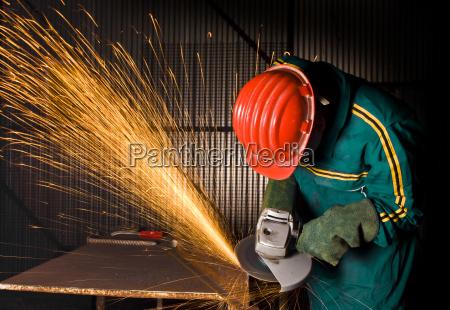 schwerindustrie arbeiter mit schleifer