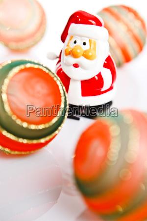 weihnachtsmann und baumkugeln