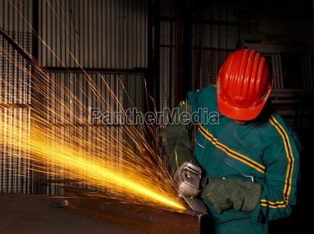 schwerindustrie arbeiter mit schleifer 03