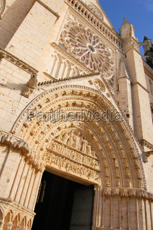 facade of st pierre cathedral poitiers