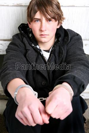 teenager in handschellen