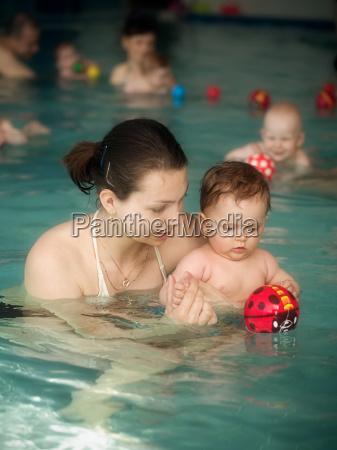 mama und baby im schwimmbad