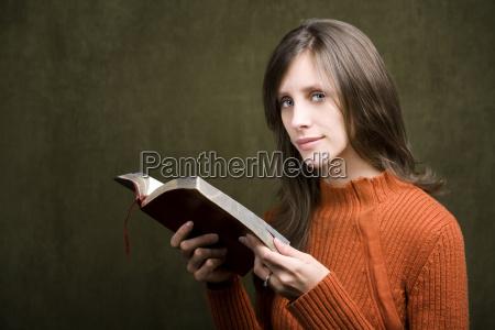 frau mit bibel
