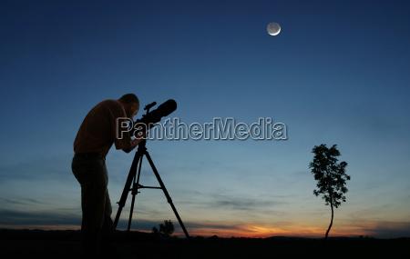 astronom beobachtet mond