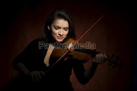 frau weiblich musiker musikant geige violine