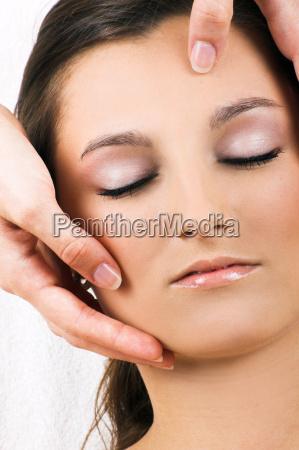 entspannte frau bei einer kopfmassage