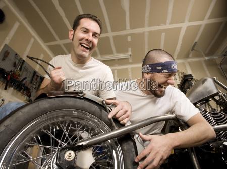 lachen motorrad mechaniker