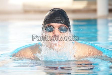 junge erwachsene schwimmer