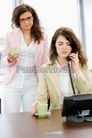 geschaeftsfrauen die am telefon sprechen
