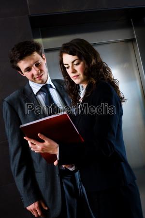 geschaeftsleute lesen dokumente