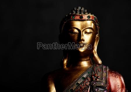 buddha statue auf dunklem hintergrund