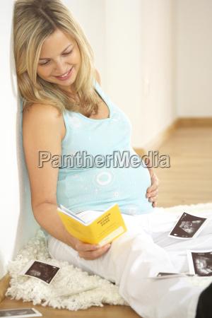 schwangere frau mit mutter kind pass