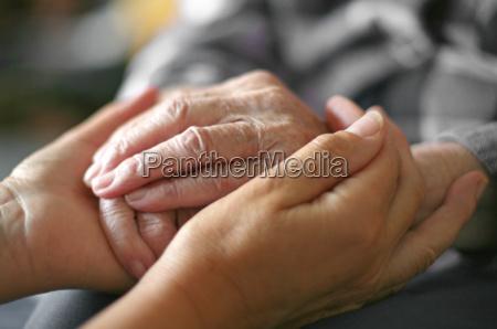 frau hand haende oma halten festhalten