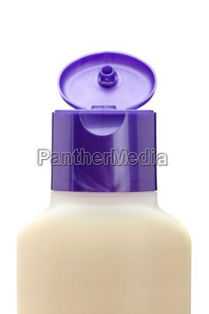 geoeffnete plastikflasche mit seife oder shampoo