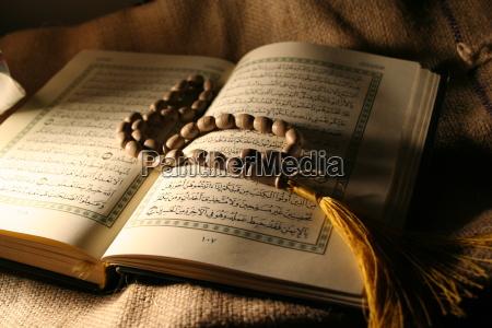 heiliges koranbuch mit rosenkranz