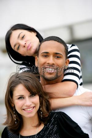 glueckliche gruppe freunde