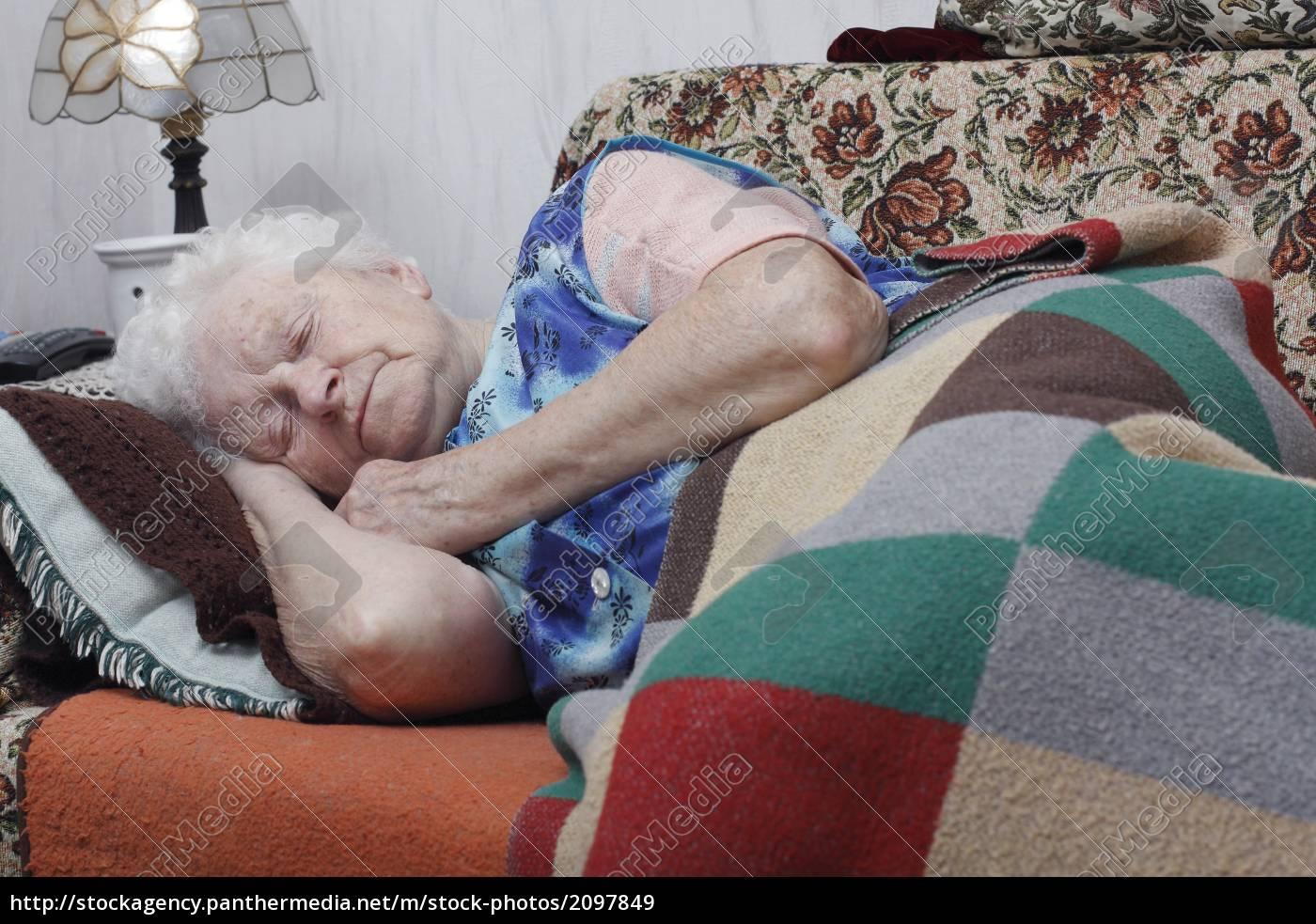 Сын подсматривал за спящей мамой смотреть бесплатно, Сын подглядел за тренировкой мамы и трахнул ее порно 10 фотография