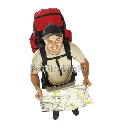 mann mit rucksack und karte