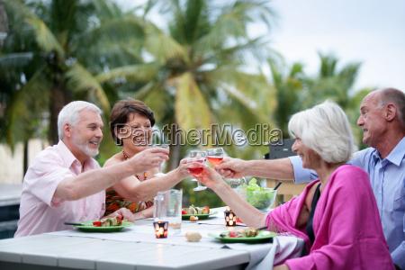 gruppe von senioren freunde toasten