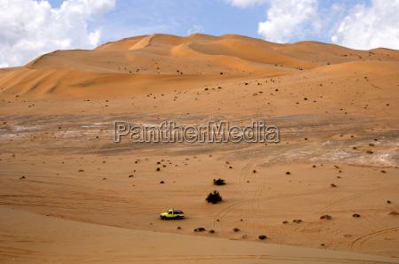 jeep in den sandduenen der sahara