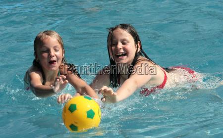 maedchen im schwimmbad