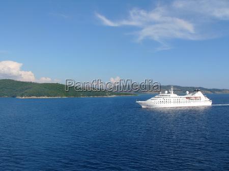 passagierschiff vor albanischer kueste