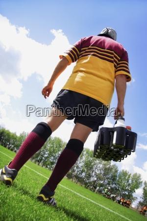 rugby spieler an der seitenlinie mit