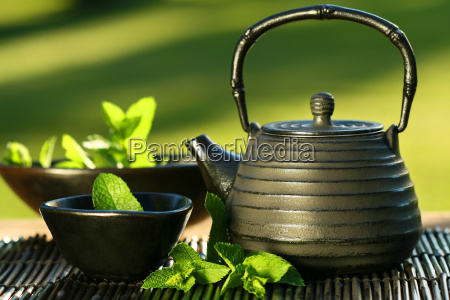 schwarze asiatische teekanne mit tadellosem tee