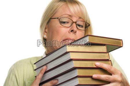 attraktiver student kaempft mit ihren buechern