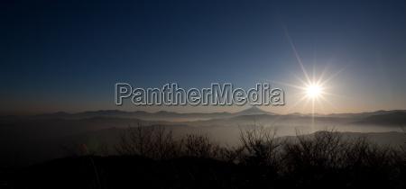 asiatischer sonnenuntergang in den berge