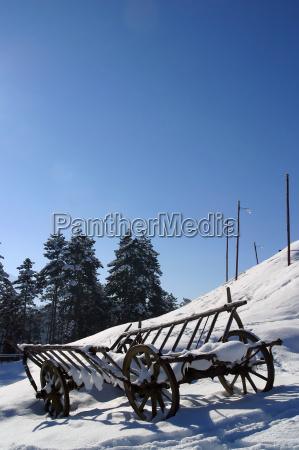 ein heulastwagen im schnee brasov siebenbuergen