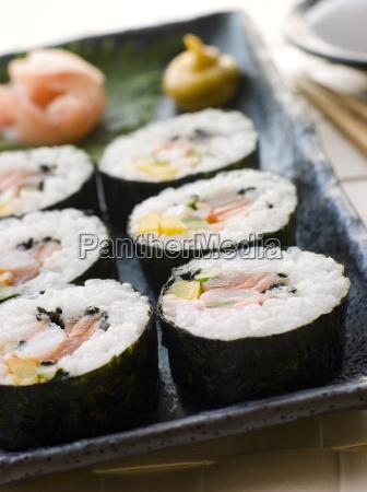 grosse spirale rollte sushi mit sushi
