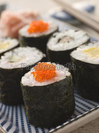 kleine rolled sushi auf einer platte