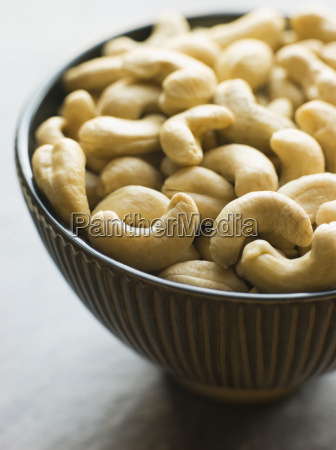 dish of roasted cashew nuessen