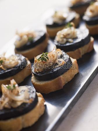 gebratene spanische morcilla und zwiebeln