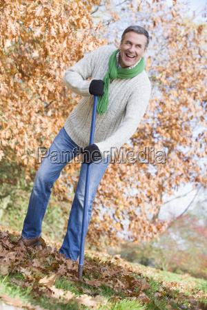 der mensch im freien raking blaetter