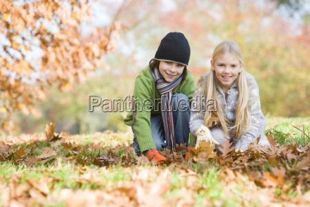 zwei junge kinder im freien im