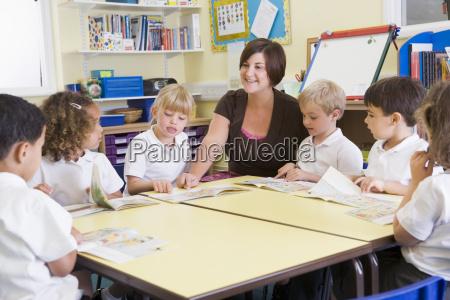 studenten in der klasse mit lehrer