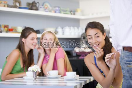 drei junge frauen die rueckseite eines